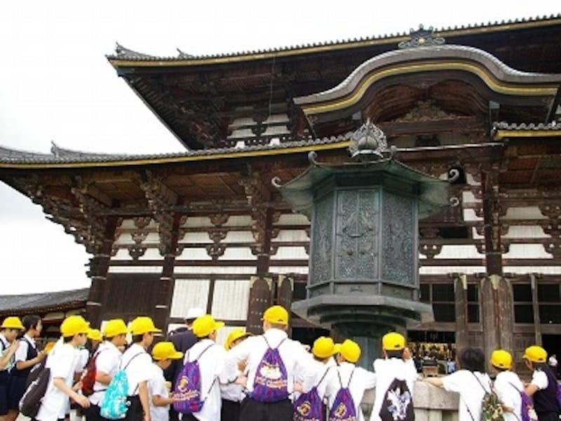 修学旅行生が群れ集う大仏殿