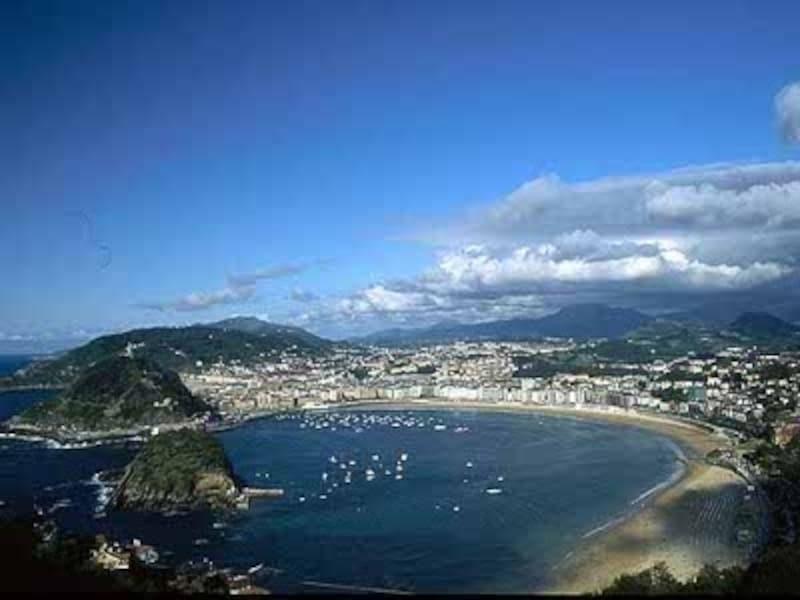 洗練されたバスク地方の町サン・セバスティアンのコンチャ海岸