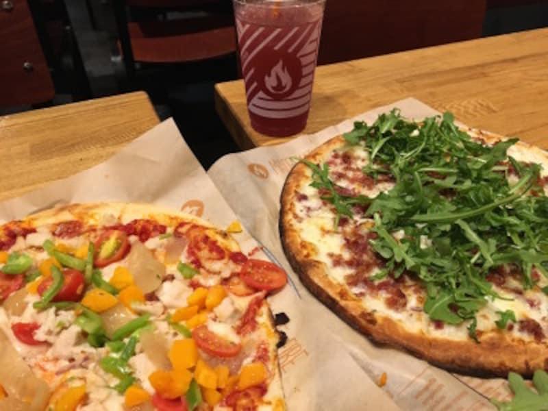 ピザの上にフレッシュな野菜が乗っているのは、カリフォルニアスタイル