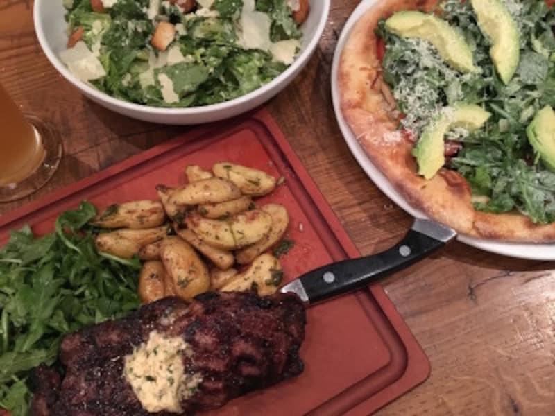 アメリカ料理の定番。シーザーサラダ、カリフォルニアスタイルピザ&ステーキ