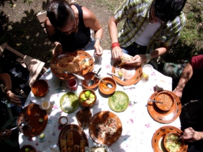 メキシコ料理の食卓には数種類のサルサや、香味野菜、レモンが並ぶ