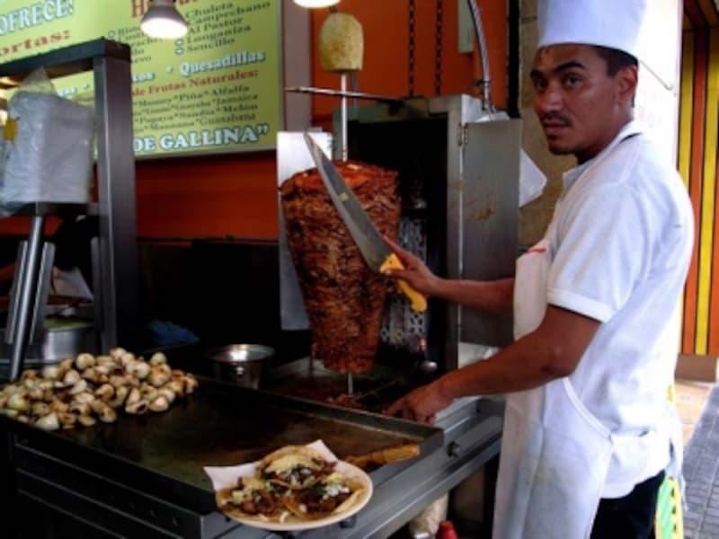 パストールを焼く職人。肉をこそぎ落とすのも熟練の技が必要なのです