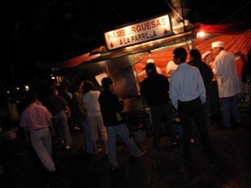 人がたくさん群がっている屋台ほど、美味しく、食中毒の可能性が低い