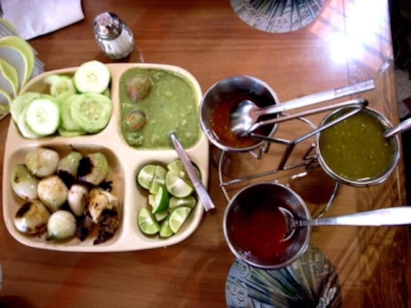 レストランのテーブルにあるサルサのセットには、ベルデとロハの2種類が必ず並び、好みで選べる