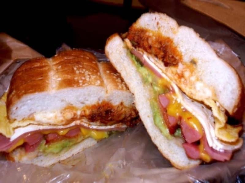 トルタ・クバーノは、ハム、ソーセージ、チーズ、カツなどなど、トルタの具全部のっけという超ボリューム