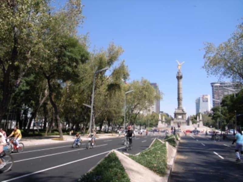 独立記念塔の立つレフォルマ通りは、毎週日曜日サイクリング専用道路になる