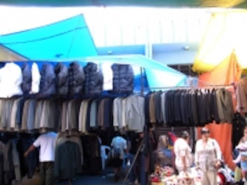 テピート地区、ラグニージャ市場内の古着市場