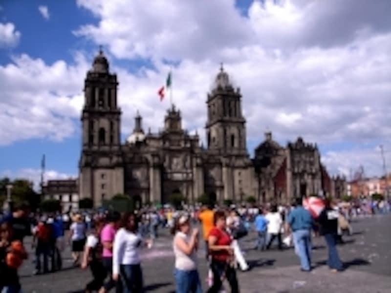 ソカロからアメリカ大陸最大のカトリック大聖堂をのぞむ