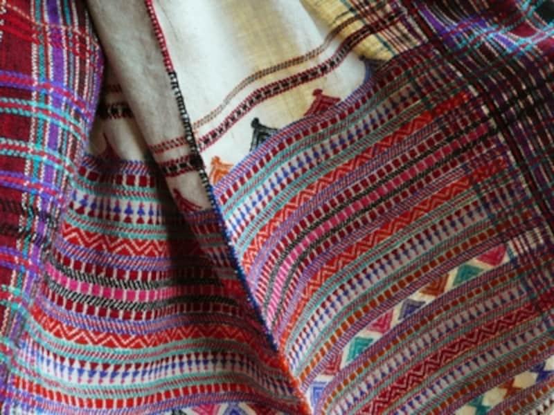 綿密な刺繍が施されたショール