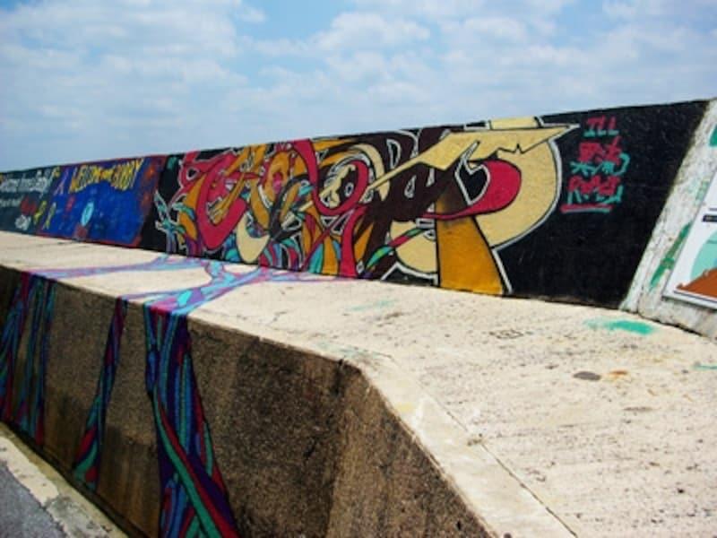 壁一面にグラフィティが描かれた砂辺海岸は、人気のダイビングスポット