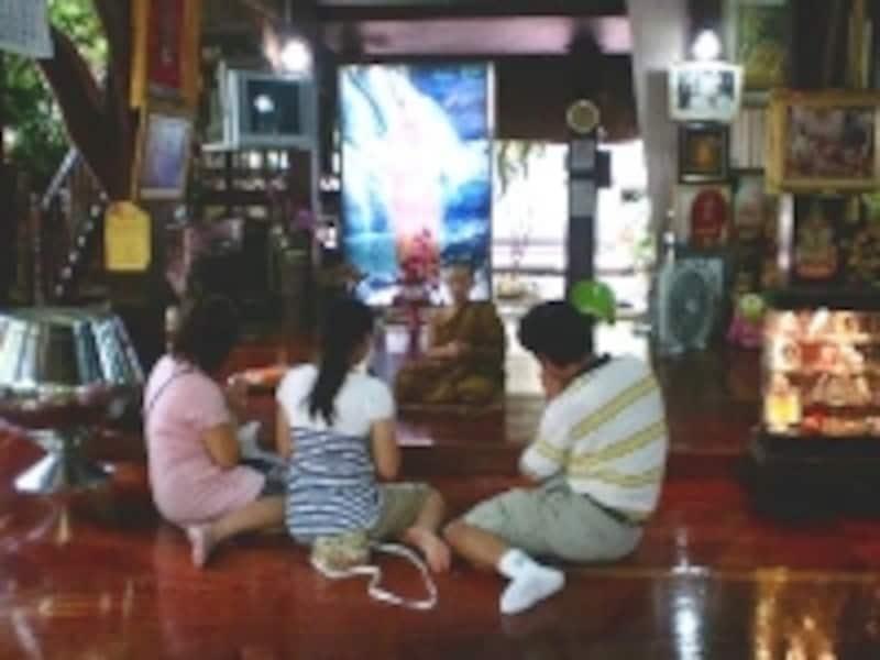たとえ子供であっても出家中は僧侶として尊敬される存在であるのがタイの仏教文化