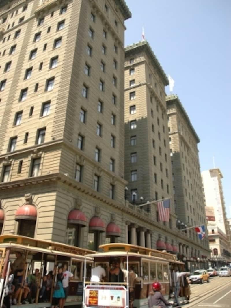 ケーブルカーが通るユニオンスクエア前のホテル