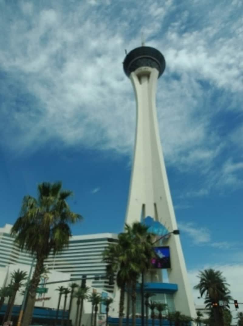 こんな高いタワーの上部に絶叫マシーンがあります。