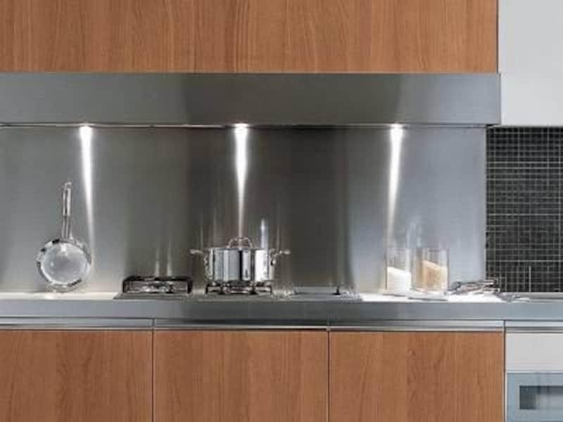 部屋にキッチン、冷蔵庫、電子レンジなどがあるアパルトオテル