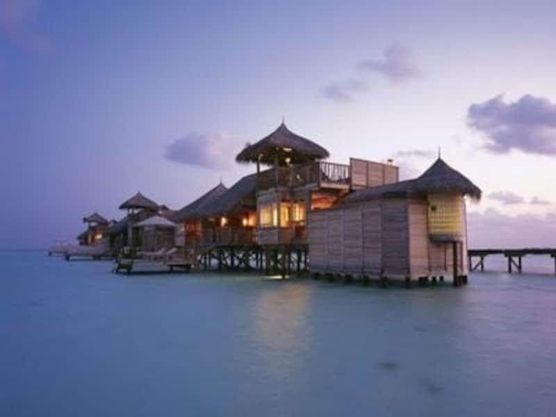 印象的な外観の水上コテージ。全室、そしてスパや一部レストラン、チャペルも水上に