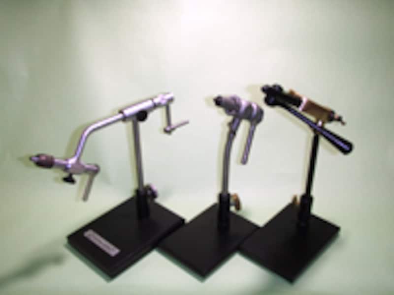 バイスはおおよそ3つに分けられる。ジョーで挟むオーソドックスなバイス(中央)、それにペンチで挟み込むようにするリーガルタイプ(右)、そしてローターリーバイス(左)だ。。