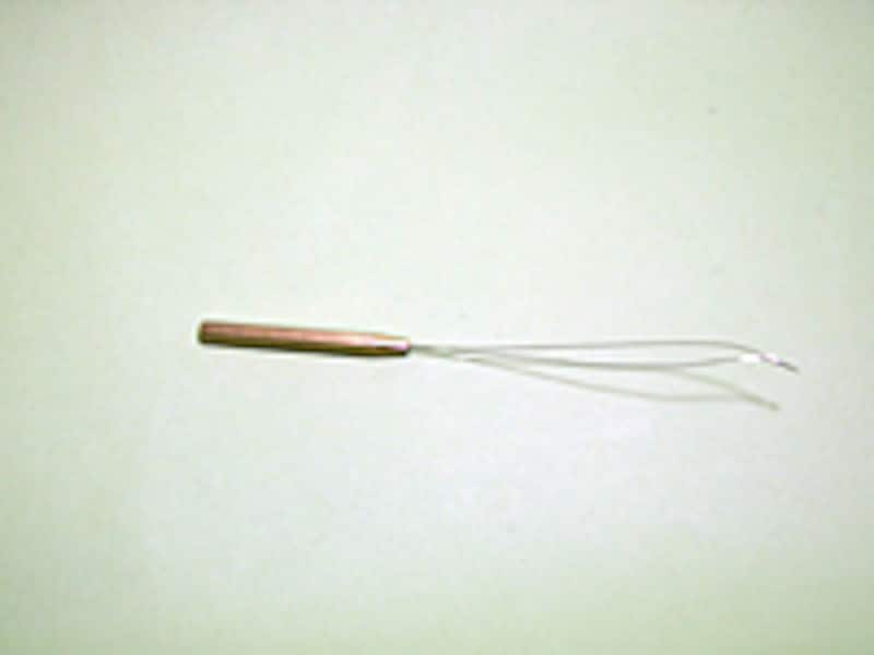 ボビンスレッダーはボビンをセットしたボビンホルダーにスレッドを通すための器具。チューブに先端を通してスレッドを通し、スレッダーを引き抜けば簡単にセットできる。
