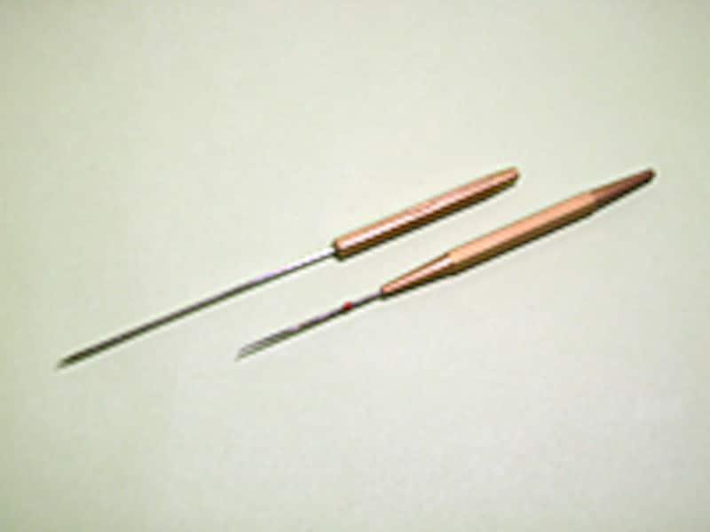 ニードルは巻き終わったフライを整形したり、潰れたアイを修復したりといろいろ役立ってくれるアイテム。