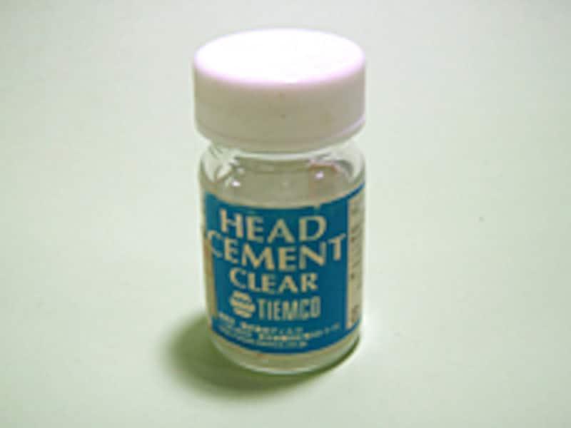 ヘッドセメントは最終工程でどのフライでも必ず使うことになる。瞬間接着剤も使えるが最初はオーソドックスなヘッドセメントのほうが扱いやすい。