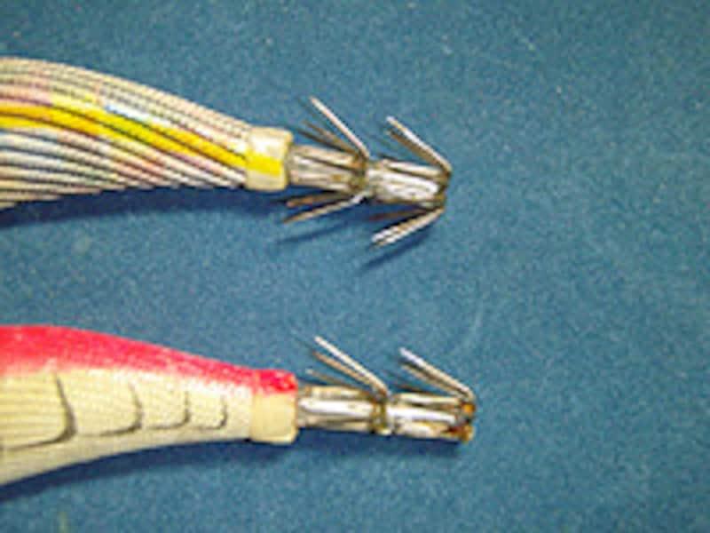 通常の傘針と下部の針をカットした傘針。釣果はほとんど変わらないので、ゴミの付着や根ガカリが多いときに効果的なチューニングだ