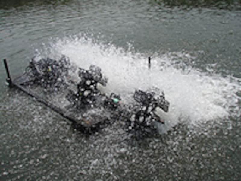 管理釣り場に多い水車。水流を作り、酸素を供給するためのものだが、この水車自体が障害物となりトラウトの隠れ場所となる