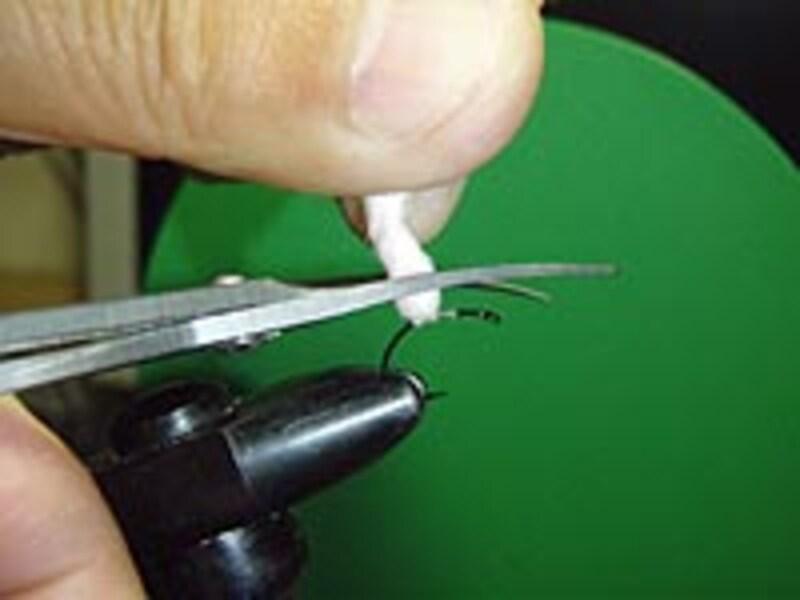 スレッドを2~3回転させしっかり巻きとめたら、ちょうどパラシュートフライのポストを立てる要領で横方向からもスレッドで締め込んでおく。
