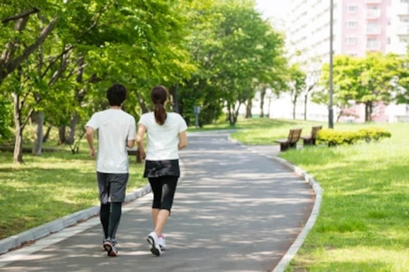 歩くときも腕を曲げてしっかり振るのが、走りにつながるウォーキング