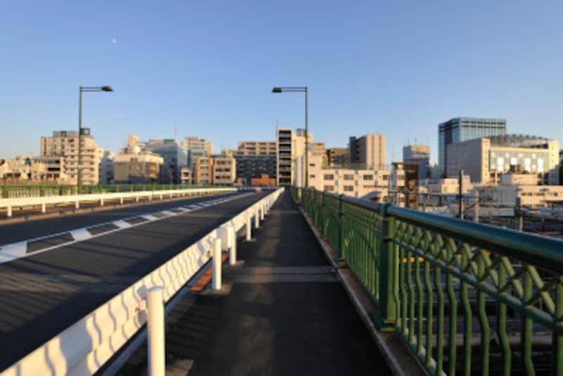 下り坂トレーニングのコースには、長い坂道が理想だが、なければ跨線橋のような橋でも練習に使える。トラックを周回するつもりで何回も往復しよう。下り坂の距離が短ければ、その分スピードをアップする