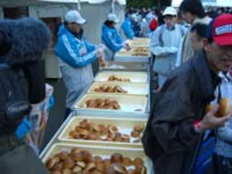 スタート会場でパン食べ放題!