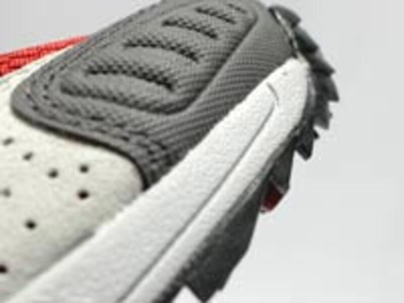 トップ部のパターンは登りで爪先に体重がかかったときの滑りを防ぐ