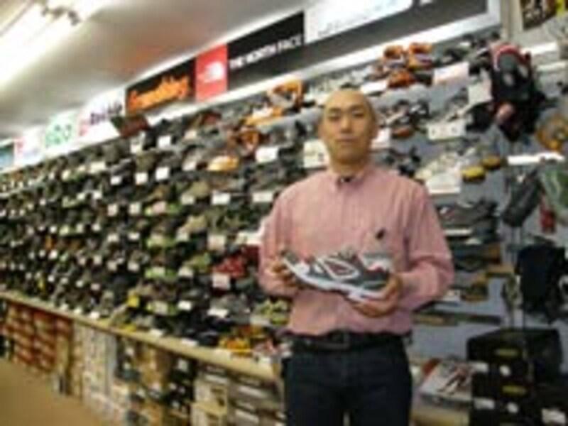 お話をうかがったさかいやスポーツシューズ館の斎藤勇一さん。どのスタッフも研究熱心でユーザーのニーズに合ったモデルを的確に推薦してくれる。どういう走りに使うのかを伝えよう。レディスモデルも充実している。大幅値引きの型落ち品もサイズが合えばお買い得だ