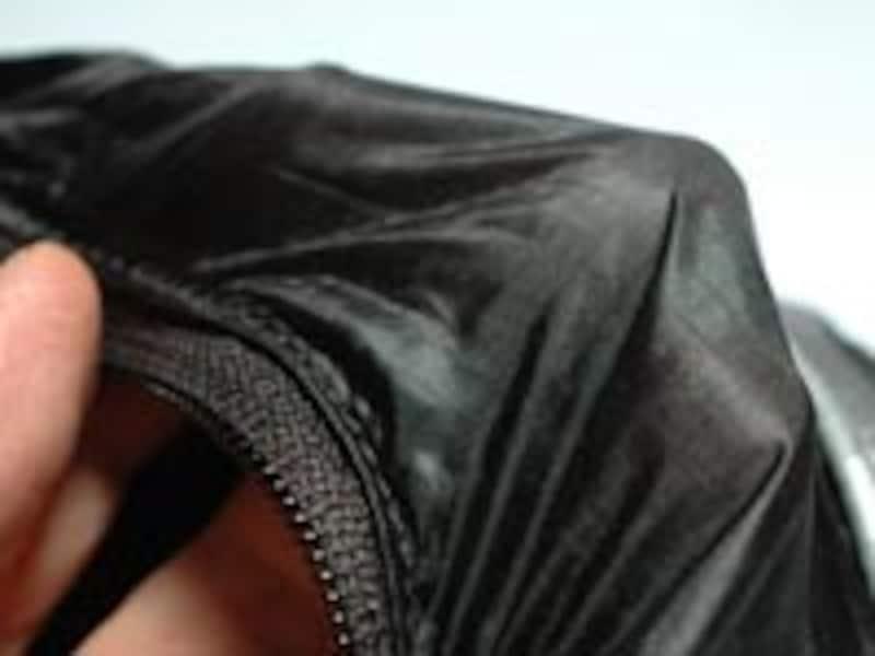 極細のナイロン繊維と、強度を高めるためのやや太いリップストップ繊維を組み合わせた、極薄素材を使用している