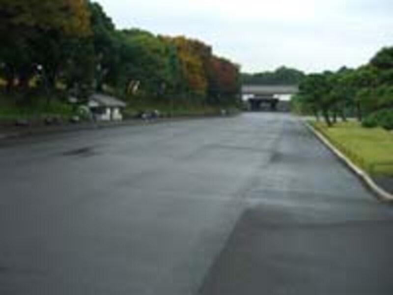 桜田門から内回りだとこの外苑広場を斜めに横切って距離短縮