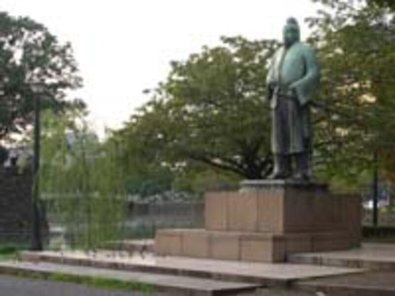 気象庁前の和気清麻呂像広場も利用の多い集合ポイント。トイレはないが水道設備あり