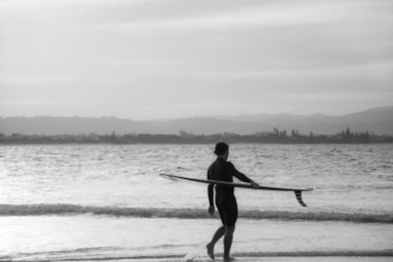 サーフィンでうねりから乗る方法とは?