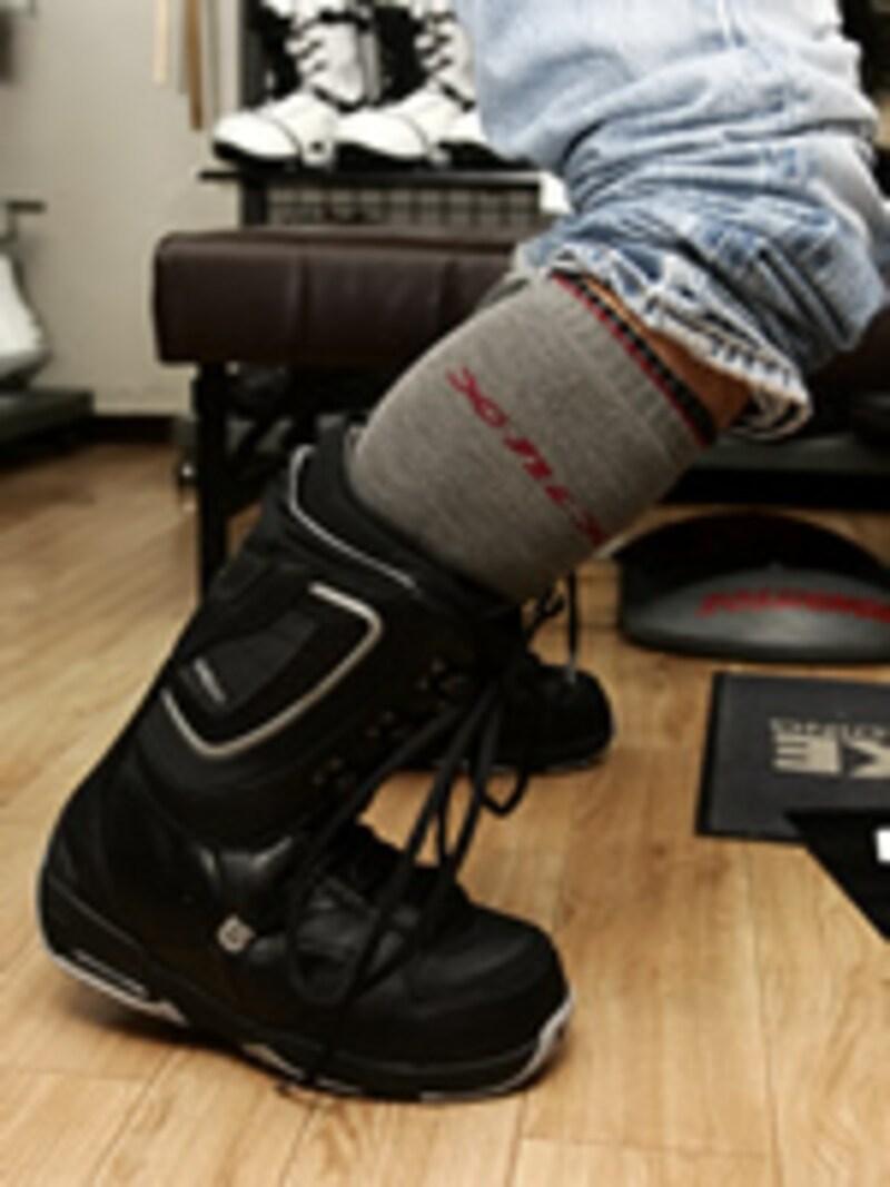 ブーツを履いたら、写真のように前に膝を折り曲げフレックスを確かめましょう