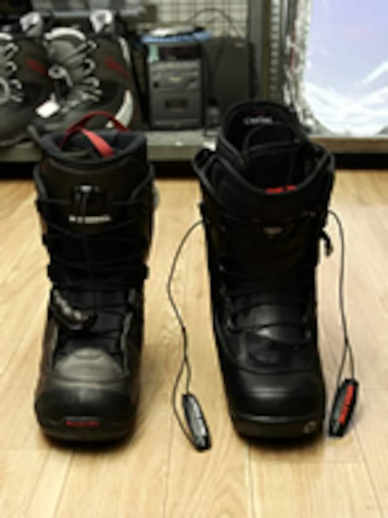 シューレースを上に引っ張り上げ、ブーツを締め、最後はロックする。左がサロモン社、右がバートン社のブーツ