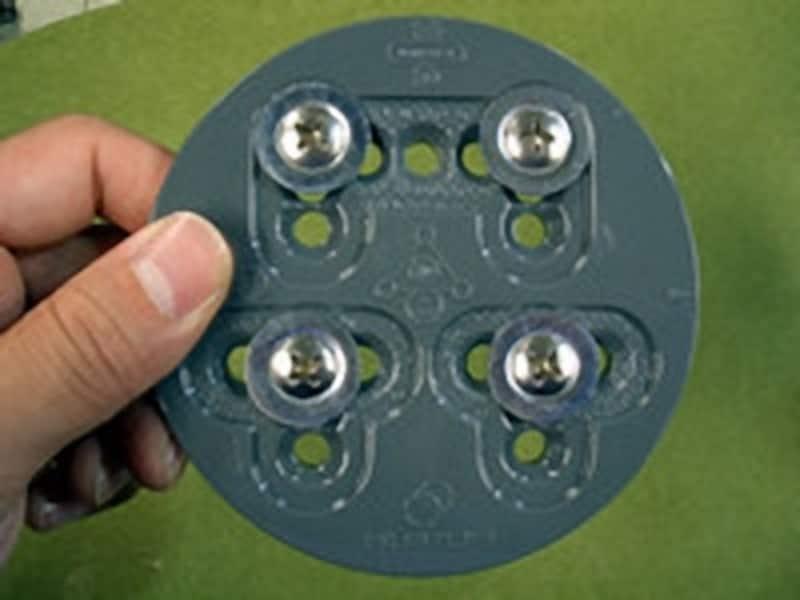 つま先側のビス穴を使うことで、ビンディングをカカト側に下げることができる。