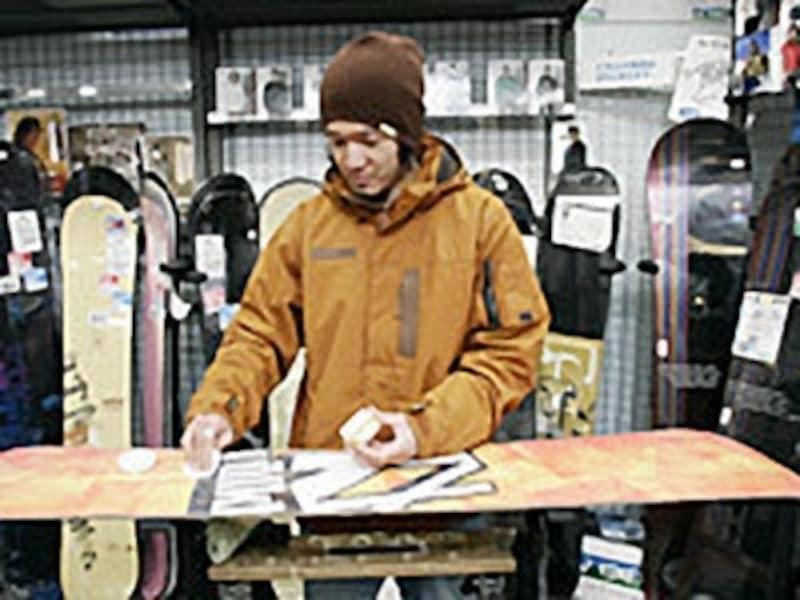 スノーボードのワックスの塗り方