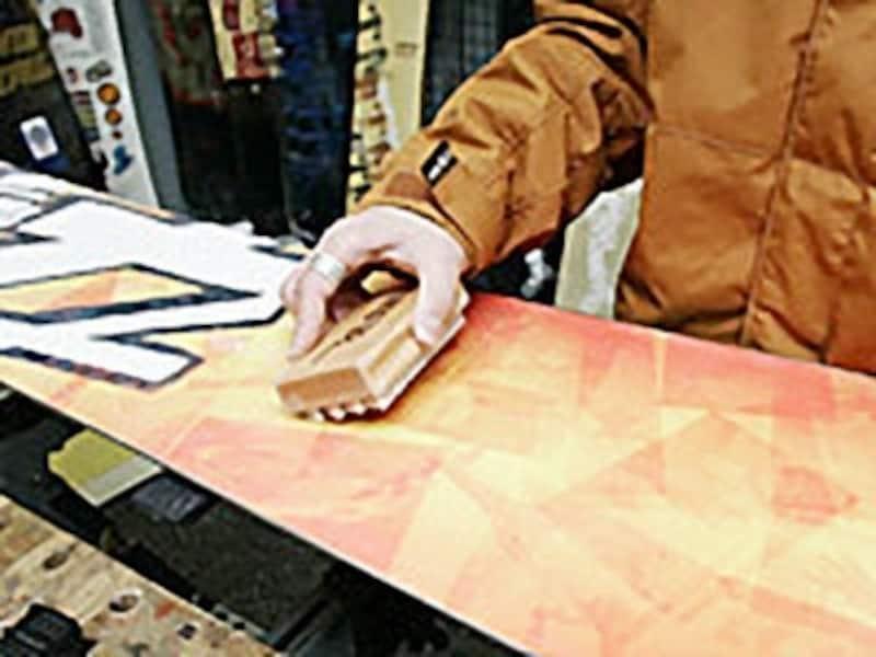 ブラッシングで不要なワックスを取り除く
