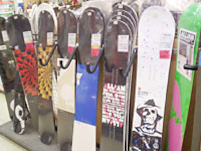 一見同じように見えるスノーボードですが、実は3種類の「形」があります