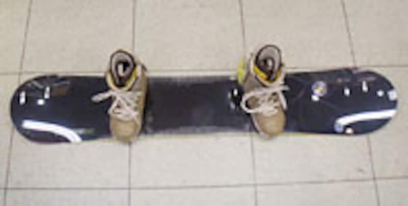 スタンスがボードのテールに寄りノーズが長くテールと形が違います