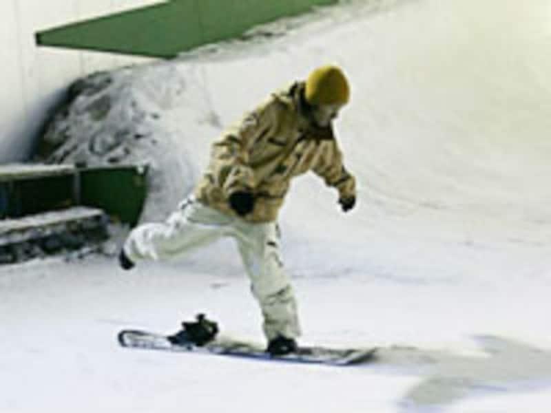 ボードに前足だけを装着して滑る、又は後ろ足で蹴って進むのがスケーティング
