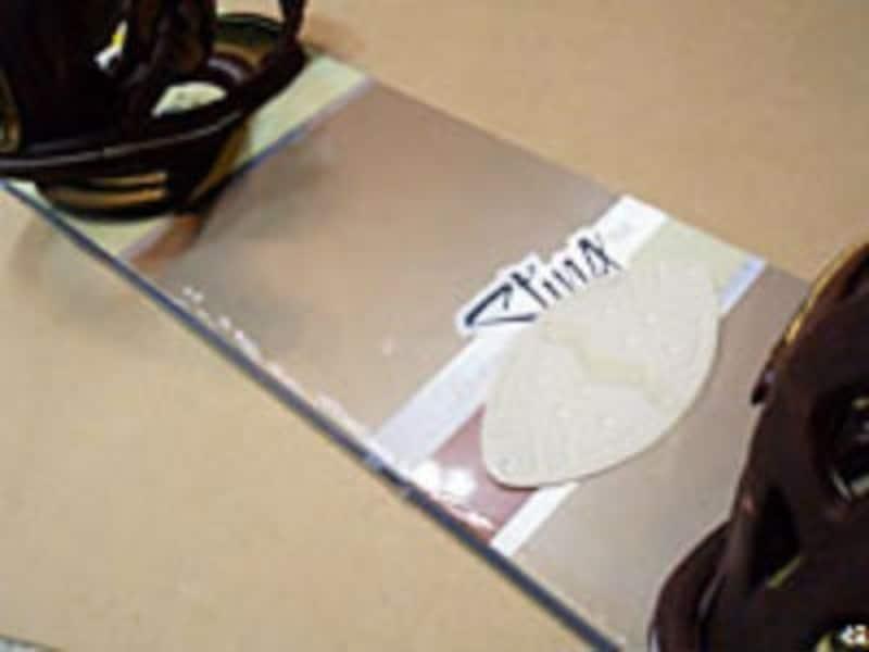 デッキパッドは後ろ足をボードに置く位置に合わせて貼る