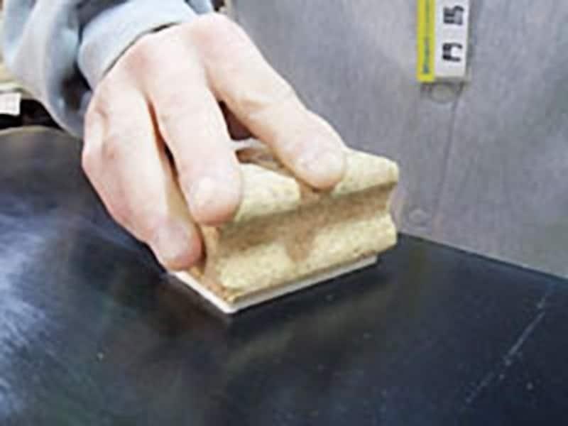 フェルト面で擦るとより艶やかに仕上がります