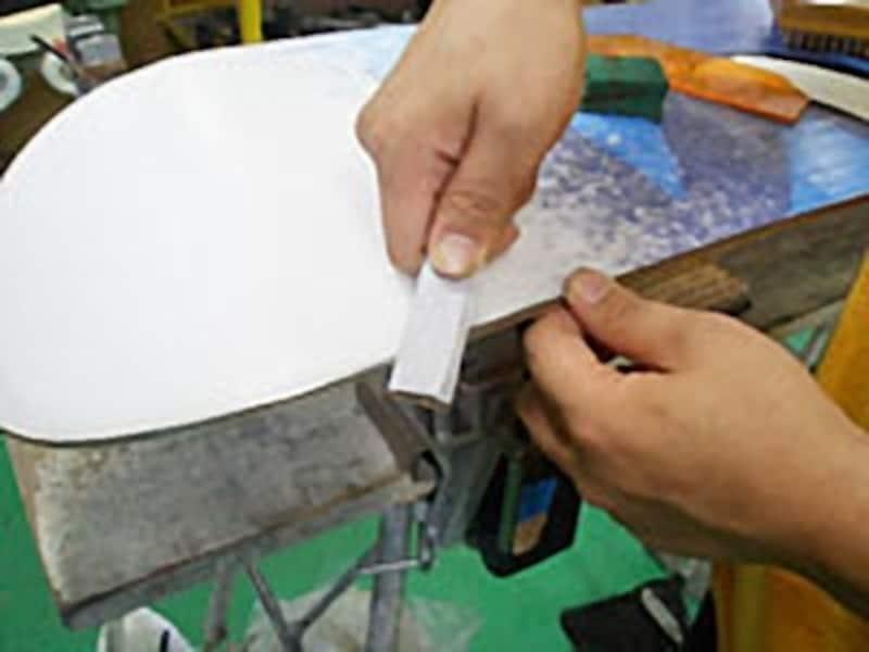 紙ヤスリは、こんな感じで硬いモノに巻きつけると使い易い。