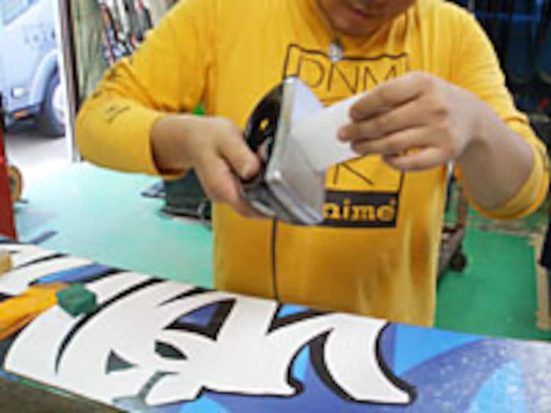 アイロンにワックスをあてると、ワックスが溶けポタポタと垂れます