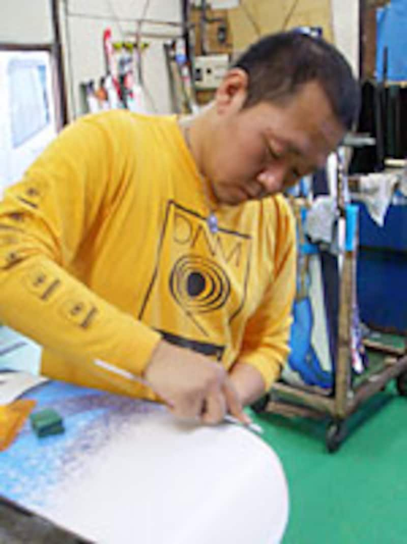 チューンナップショップ「ICE TUNE FACTORY」の小林さん。毎年東京ドームで行なわれる「日産X-TRAIL JAM」などでも出場選手のワクシングをしている