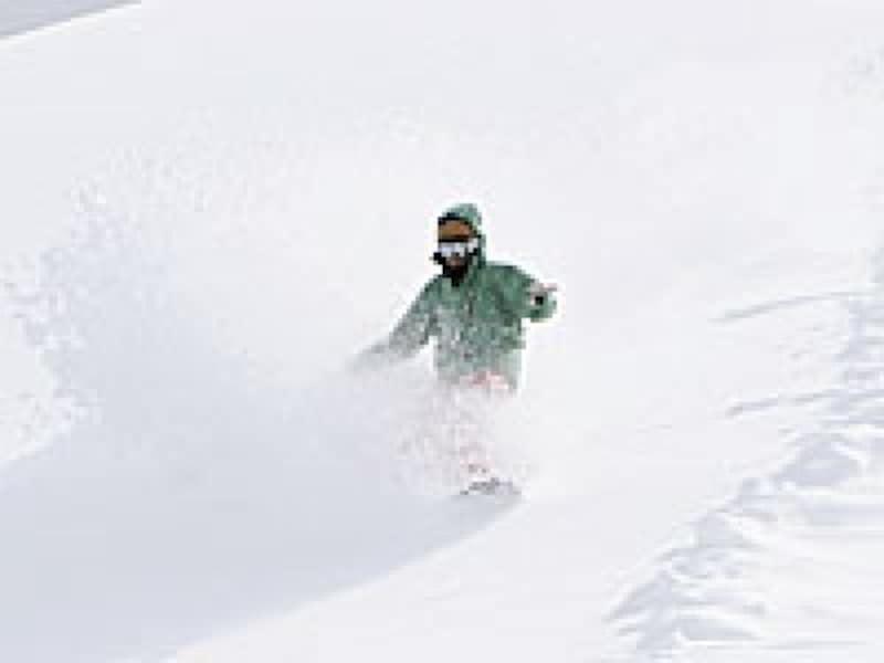 パウダースノーをスノーボードで滑る