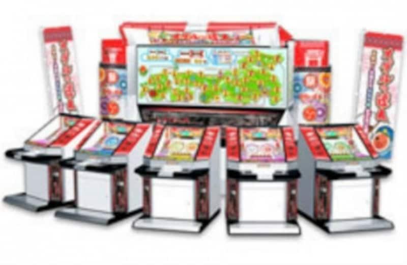 「メダルの達人」のゲーム本体。各シート前にすごろく盤面を表示するプロジェクターが立つ(C)NBGI